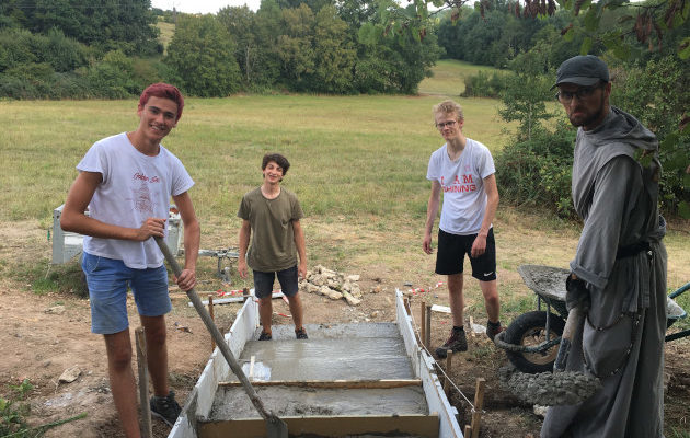 Escalier en construction, camp raid chantier